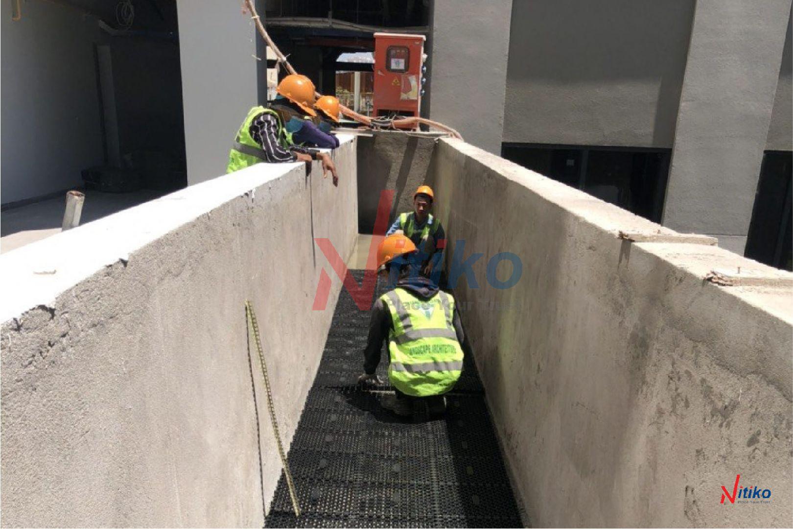 Lắp ráp vỉ thoát nước cho công trình xanh